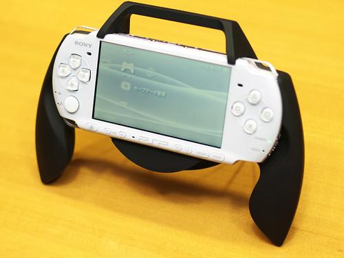 Grip Attachment, salah satu aksesoris tambahan PSP-3000