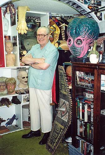 Forrest J. Ackerman, una especie de mezcla freak entre Stan Lee y Vincent Price, él es el papá de Vampirella