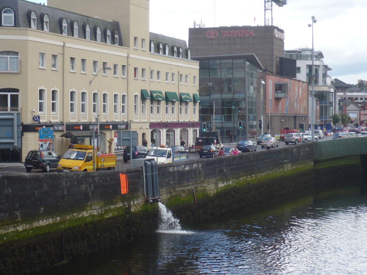detalle de la margen del centro, con la Ópera de Cork