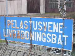 Life raft sign in Finnish & Swedish