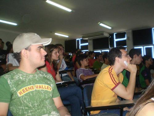 Pessoas assistindo a palestra \
