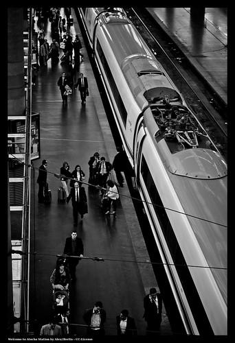 Passatgers en una andana de lestació dAtocha (Madrid) - De Alex a Flickr -