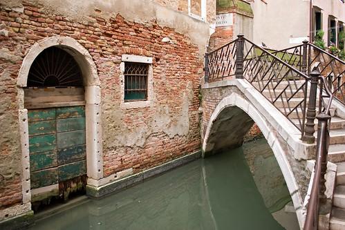 Puente, vieja puerta y canal