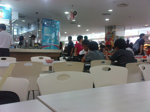 Suasana food court di Sim Lim Square