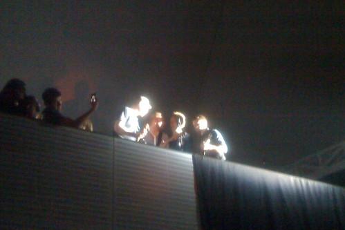 El grupo en el balcón de la sala tocando Yellow