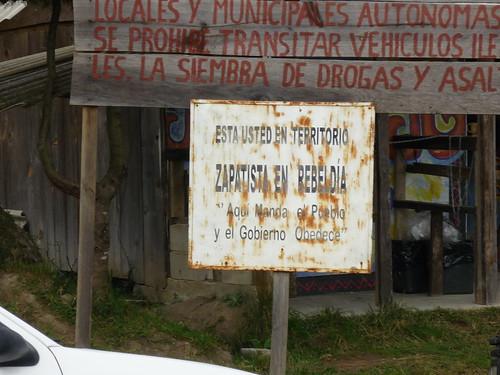 """En Chiapas: """"Aquí manda el pueblo, y el gobierno obedece"""" (Fuente: https://i2.wp.com/farm4.static.flickr.com/3261/3218898686_196e089a98.jpg)"""