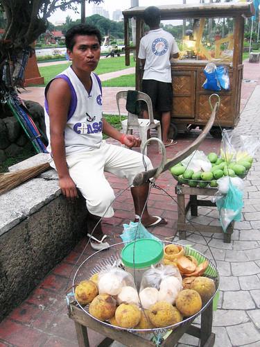 Santol and Green Mangoes peddler vendor in Luneta Rizal Park Manila city Manggang hilaw Pinoy Filipino Pilipino Buhay  people pictures photos life Philippinen  菲律宾  菲律賓  필리핀(공화�) Philippines mango