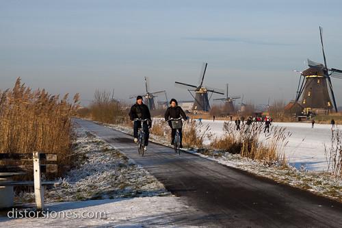 En bici junto al canal congelado