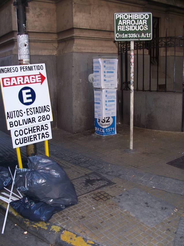 Prohibido arrojar residuos - basura en la esquina del Nacional de Buenos Aires