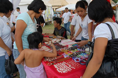 manila stall holder vendor trinket handicraft souvenir Pinoy Filipino Pilipino Buhay  people pictures photos life Philippinen  菲律宾  菲律賓  필리핀(공화�) Philippines