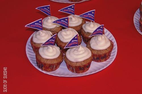 banana cupcakes w/white choco cc frost