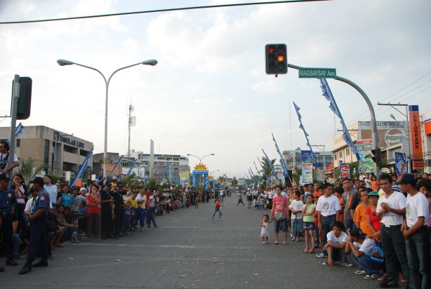 People eagerly await the Mardigras and Tunafloat Parade to pass by at the Pioneer Avenue. So daming tao. Grabe!
