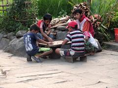 Niños jugando al billar nepali