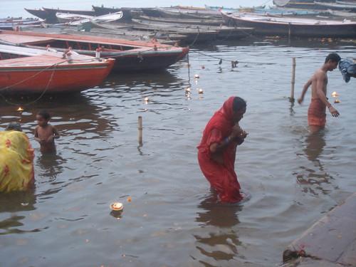 Ganges River1-18清早就有人在沬浴