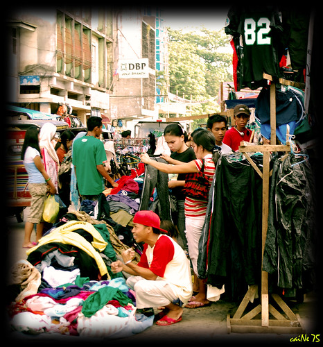 Jolo used clothes market, street, sidewalk vendor clothing Buhay Pinoy Philippines Filipino Pilipino  people pictures photos life Philippinen  菲律宾  菲律賓  필리핀(공화�)