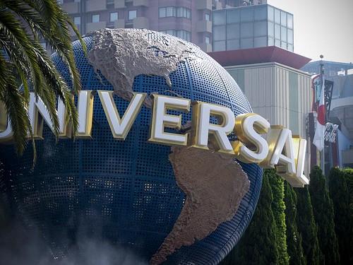 지구에 유니버셜 스튜디오라고 적혀 있는 거대한 모형.