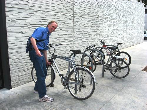 Bob Hastings aparcando en el aparcamiento para Bicis de las naves de Infraestructuras