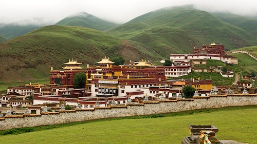 Litangs monastery, Litang Chöde, is set above the town just behind the old town.