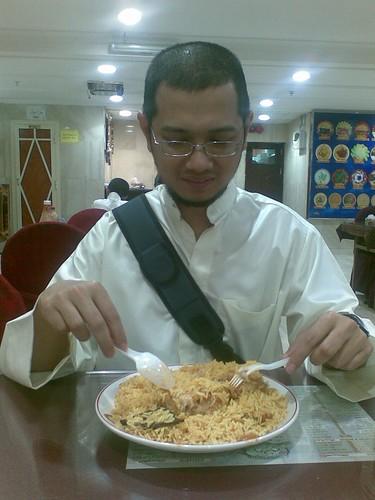 Tn Haji Zaim bersama nasi beriyani semasa di Madinah. Biasanya sepinggan nasi beriani buleh di kkongsi 2-3 org perut org Msia...hehe...