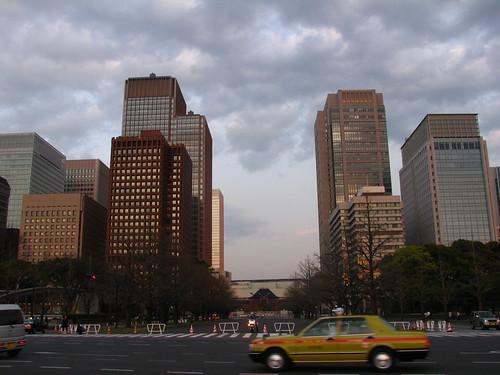 Palazzi nel centro di Tokyo a Chiyoda. In fondo si intravede la vecchia stazione di Tokyo in fase di ristrutturazione in un progetto