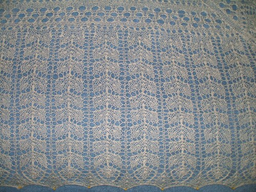 Three cornered Shawl in clover pattern