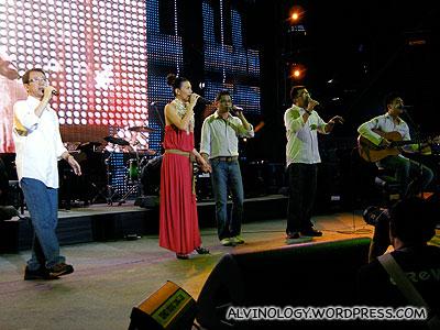 Stefanie Sun singing together with acapella group, Budak Pantai
