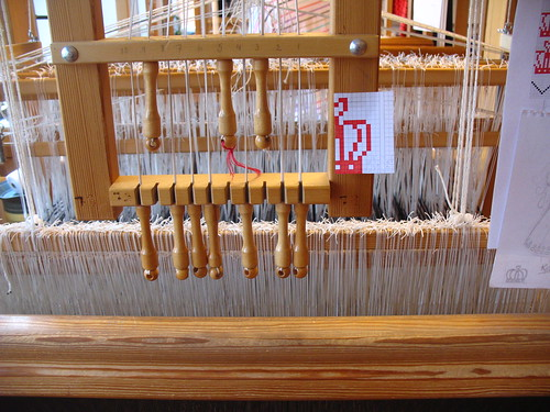 weaving damask - lifting the pattern shafts