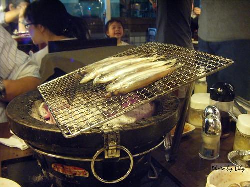 我們學著店員的方式自己烤柳葉魚。