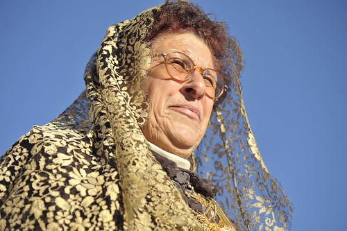 Señora con las ropas de domingar. Foto Pedro Merino