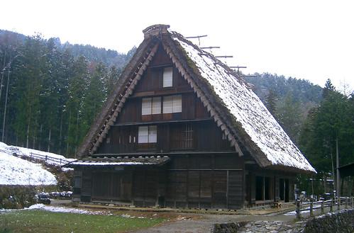 """Casa con tejado """"manos-en-oración"""" ."""