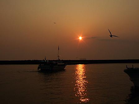 夕陽に向かって出航!