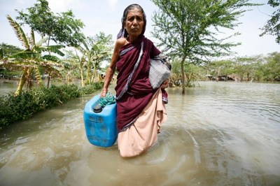 Une femme cherchant de leau potable au Bangladesh après le passage du cyclone Aila - Photo : Oxfam International