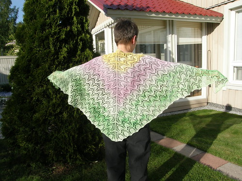 Have I mentioned recently how much I love Finnish shawl patterns?  :)