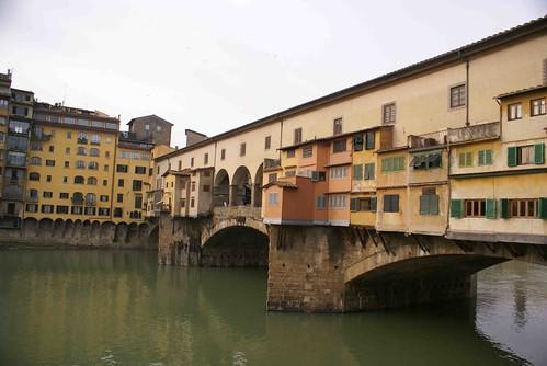 ให้ดูสะพานชัดๆกันอีกที จะมีร้านค้ามากมายตั้งอยู่บนสะพาน ก็เลยต่อเติมจนเป็นอะไรแอ๊บๆเช่นนี้