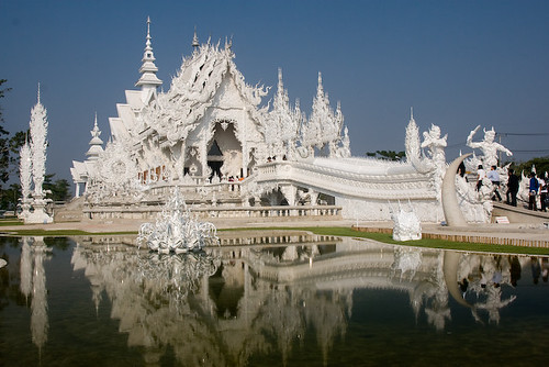 Temple thailandais blanc inspire par les super-héros