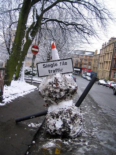 Schneemänner regeln den Verkehr in Glasgow ;-)
