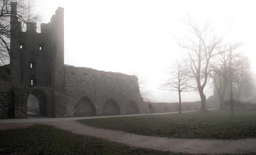 Muren har en dimmig insida också.
