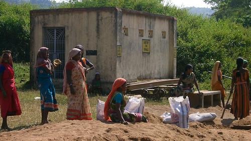 Mujeres adivasis trabajando.