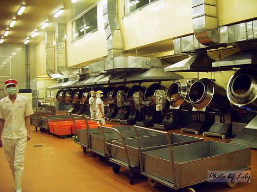 排成一列的蒸氣炒鍋。