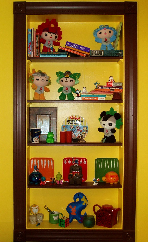 Even the shelf in the dining room is like a crayon box!