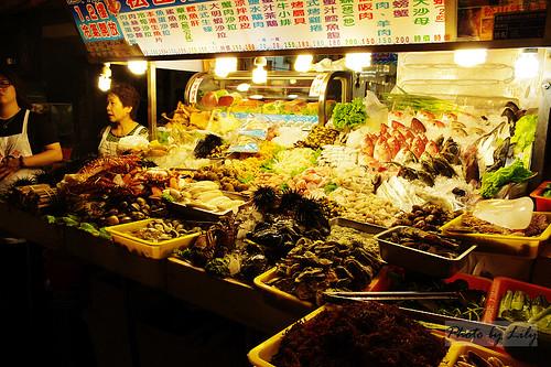 賣新鮮海膽的海產攤。