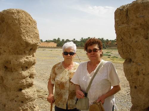 iaia Maria i Toni amb l'antic cementiri de Goulmima al fons