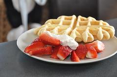 Waffel mit Joghurt und Erdbeeren