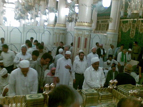 Ruang Raudhah, Masjid Nabawi. Kawasan ini mmg padat dan sentiasa ramai. Perhatikan di bahagian sisi seorg Polis berkawal, di situ adalah bahagian sisi Makam Rasulullah SAW.