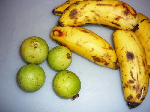 Guineos de manzana and another fruit...