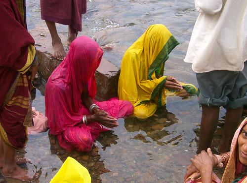 Ceremonia en el río Narmada