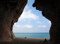 Sombrita en las curiosas cuevas ¿túneles?