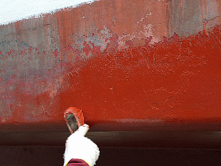 船底塗料を塗る・・・遊覧船準備作業