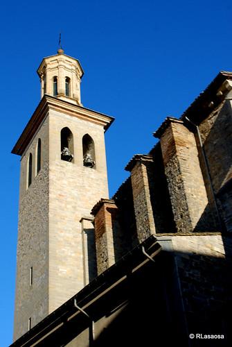 Torre de la Iglesia de San Saturnino.  La iglesia de San Cernín,  fue construida a partir del siglo XII inicialmente en estilo románico y en el s. XVIII reedificada según la estética gótica.
