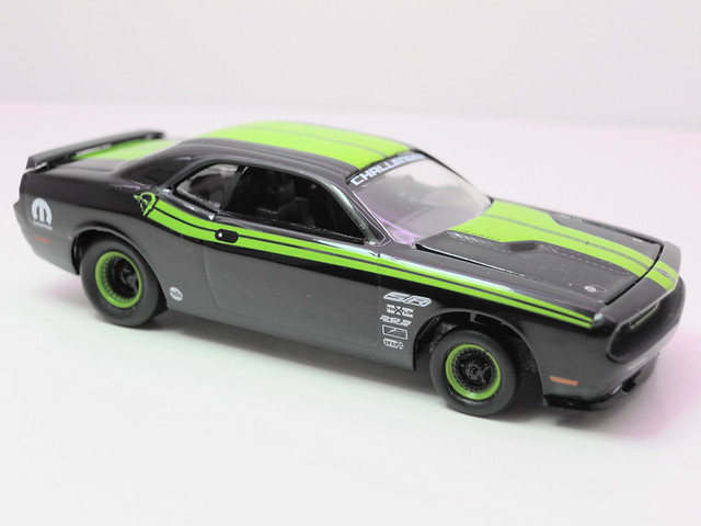 greenlight muscle car garage stock & custom 2009 dodge challenger srt8 (2)